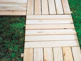 Bien choisir une dalle bois pas ch re conseils et for Caillebotis de jardin