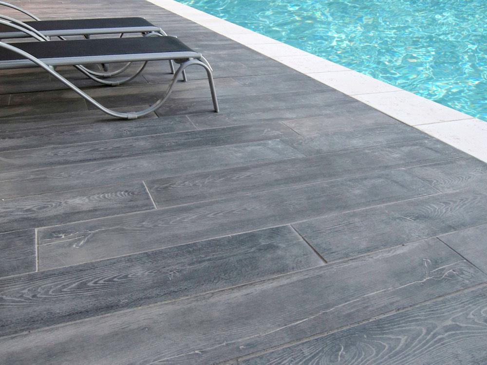 Lot de 17 76 m de lame aspect bois 120 x 20 cm ton gris for Plage de piscine en carrelage