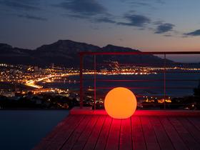 Boule lumineuse multicolore diamètre 40 cm.