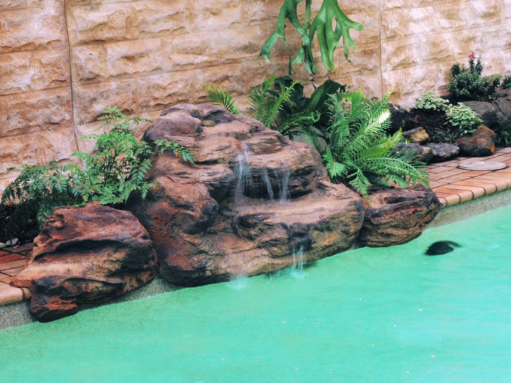 Cascade piscine jardin sur enperdresonlapin for Cascade d eau piscine