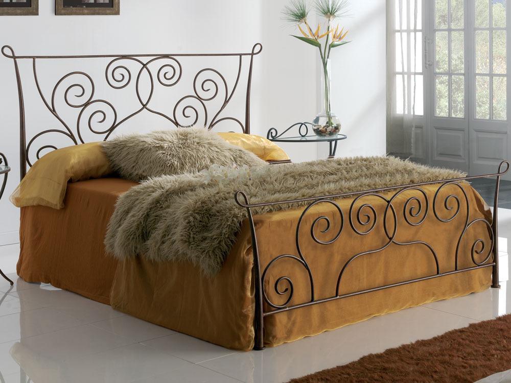 lit en m tal fantasy avec long pans coloris or oxyde. Black Bedroom Furniture Sets. Home Design Ideas