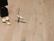 """Parquet teinté """"Cendré"""" - 1 m² - Brossé gris - Longueur panachée - Largeur 130 mm - Épaisseur 14 mm."""